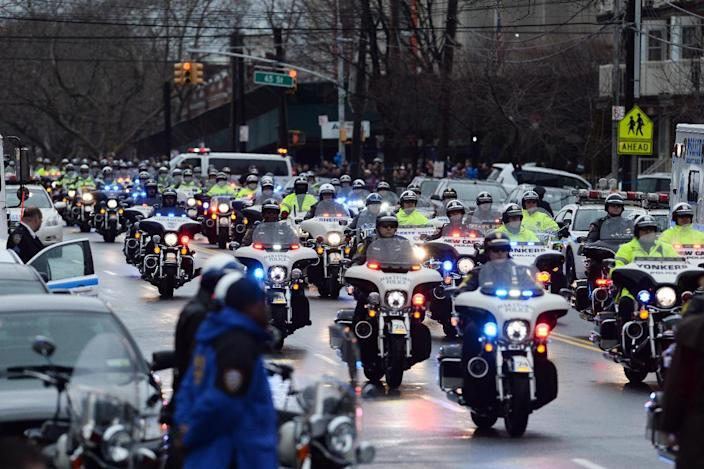 NYPD officers take part in the procession of their fellow officer Wenjian Liu in Brooklyn on January 4, 2015 (AFP Photo/Jewel Samad)