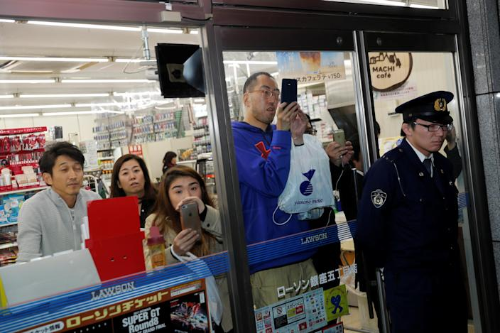 <p>Police officers hold people inside shops as President Donald Trump, Japan's Prime Minister Shinzo Abe and their wives eat dinner nearby at Ginza Ukai Tei in Tokyo, Japan, Nov. 5, 2017. (Photo: Jonathan Ernst/Reuters) </p>
