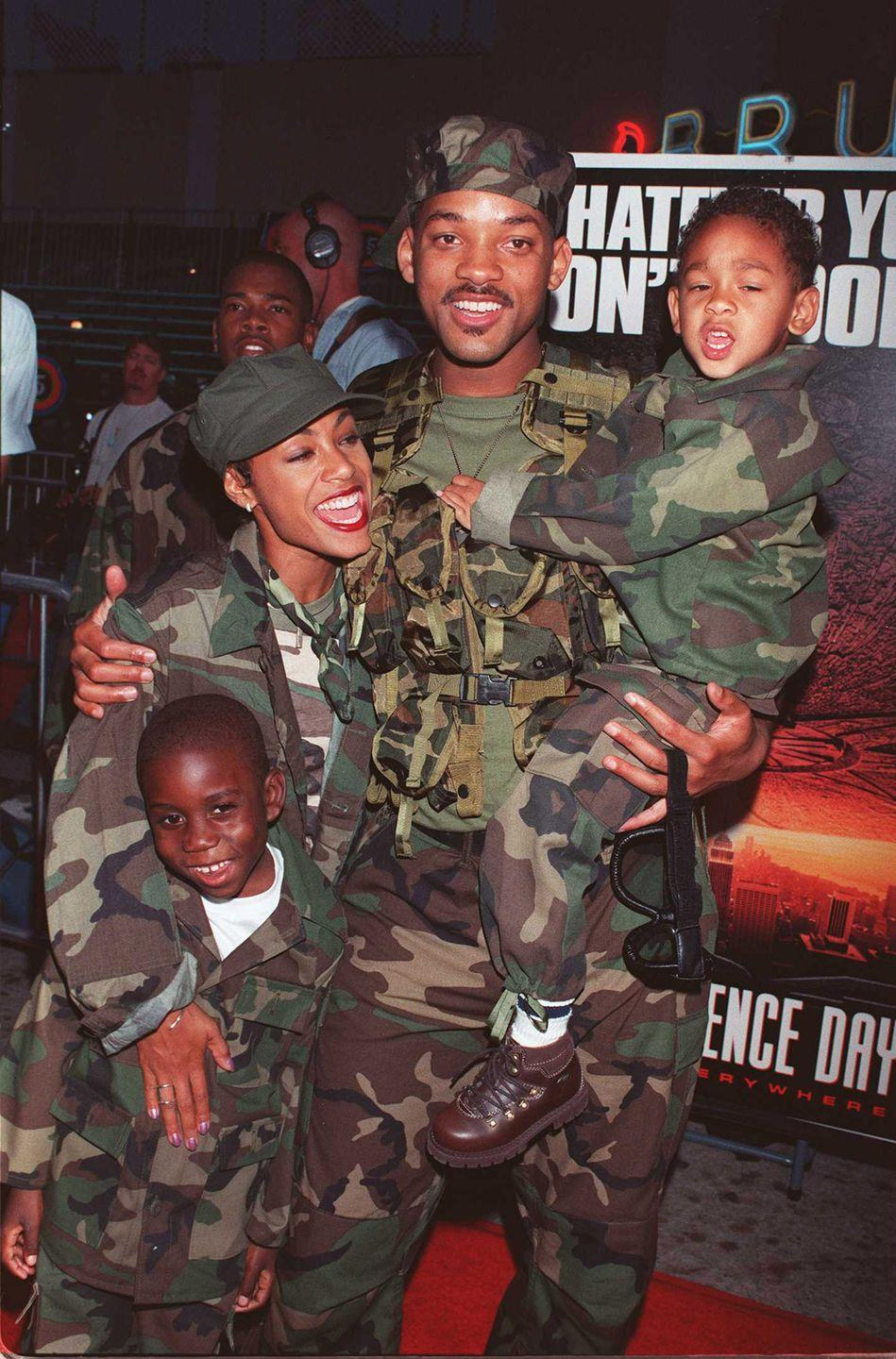 <p>Will Smith and family showed up in camouflage to the <em>Independence Day</em> premiere in California on June 25, 1996.</p>
