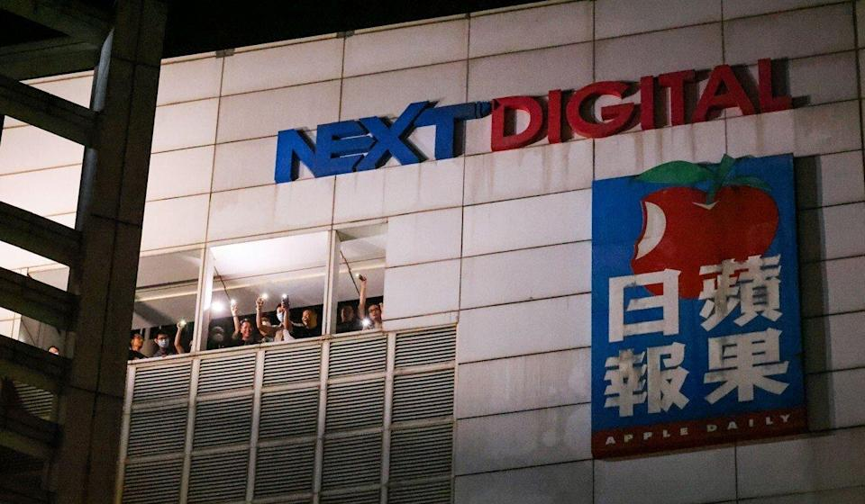 Apple Daily staff members shout words of appreciation to supporters below. Photo: Dickson Lee