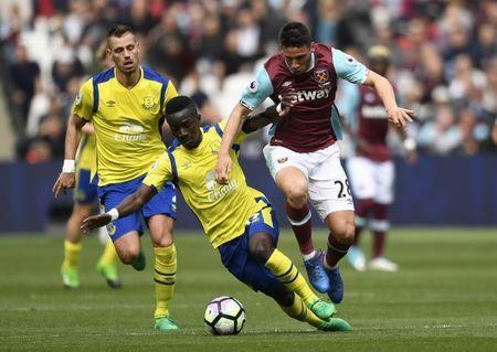 Britain Soccer Football - West Ham United v Everton - Premier League - London Stadium - 22/4/17 West Ham United's Jonathan Calleri in action with Everton's Idrissa Gueye and Morgan Schneiderlin Action Images via Reuters / Tony O'Brien Livepic