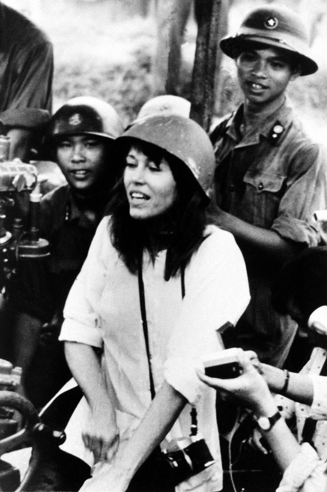 Jane Fonda accompanied by soldiers and reporters while playing a song against war in July 1972 near Hanoi during the Vietnam War. (Photo: AP/Nihon Denpa News)