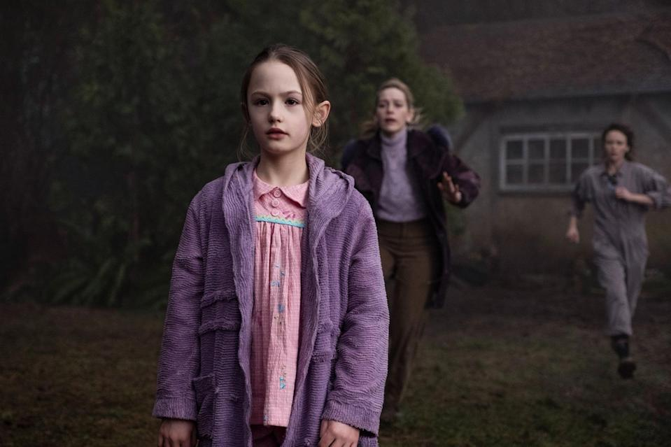 THE HAUNTING OF BLY MANOR, from left: Amelie Bea Smith, Victoria Pedretti, Amelia Eve, (Season 1, ep. 106, aired Oct. 9, 2020). photo: Eike Schroter / Netflix / Courtesy Everett Collection