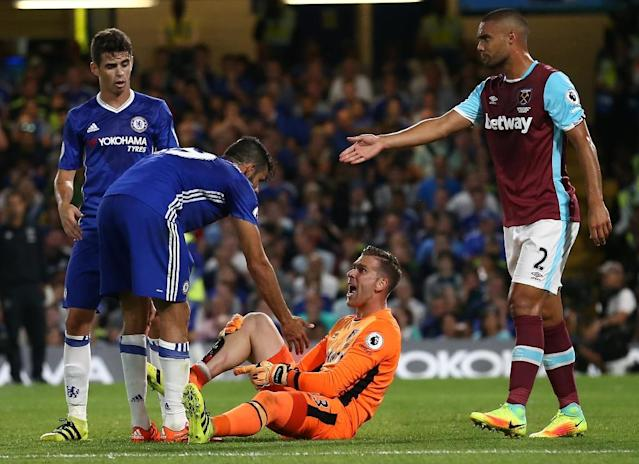 Chelsea's Diego Costa (2nd L) clashes with West Ham United's goalkeeper Adrian during their English Premier League match, at Stamford Bridge in London, on August 15, 2016 (AFP Photo/Justin Tallis)