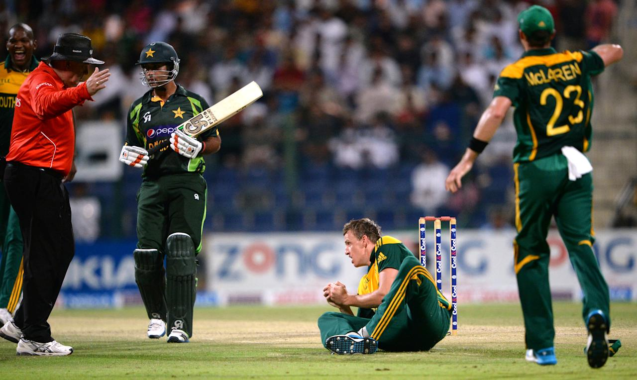 South African cricketer Morne Morkel (2nd R) takes a successful catch of Pakistani batsman Asad Shafiq (2nd L) during the fourth day-night international in Sheikh Zayed Cricket Stadium in Abu Dhabi on November 8, 2013. Pakistan were chasing a stiff target of 267 in 50 overs. South Africa had made 266-5 in their 50 overs with opener Quinton de Kock hitting 112. South Africa lead the five-match series with 2-1. AFP PHOTO/ Asif HASSAN        (Photo credit should read ASIF HASSAN/AFP/Getty Images)