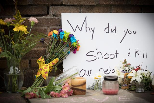 <p>A makeshift memorial is left at the scene where a Minneapolis police officer shot and killed Justine Damond, Monday, July 17, 2017 in Minneapolis, Minn. (Photo: Elizabeth Flores/Star Tribune via AP) </p>
