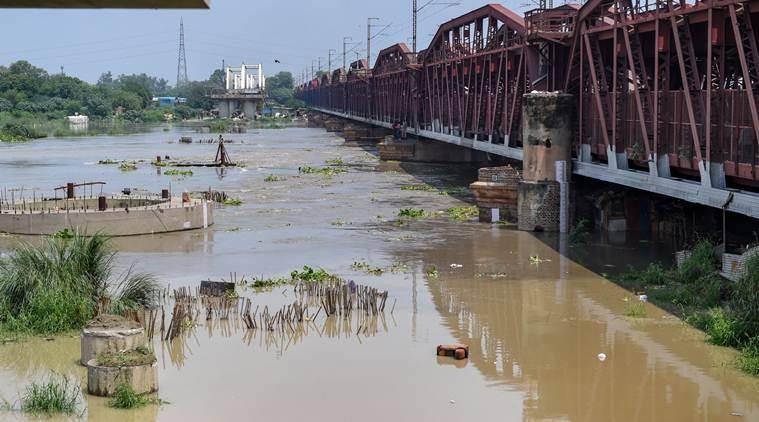 Delhi floods, Delhi rains, Yamuna above danger mark, Yamuna water level, Yamuna water rising in Delhi, Hathni Kund Barrage, delhi news