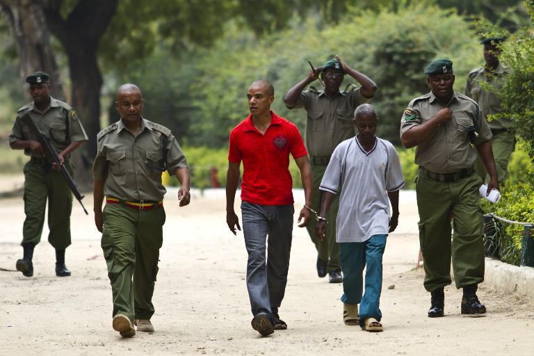 Briton Jermaine Grant walks towards the Shanzu Law Court handcuffed to Frank Ngala, his former driver, and prison wardens on February 17, 2014 (AFP Photo/Ivan Lieman)