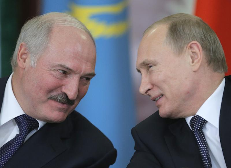 Belarussian President Alexander Lukashenko (left) talks with his Russian counterpart Vladimir Putin during a meeting of the Supreme Eurasian Economic Council meeting in Kremlin, Moscow, on December 23, 2014 (AFP Photo/Maxim Shipenkov)