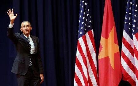 U.S. President Barack Obama waves after delivering his speech to the Vietnamese people at the National Convention Center in Hanoi, Vietnam, May 24, 2016. REUTERS/Kham