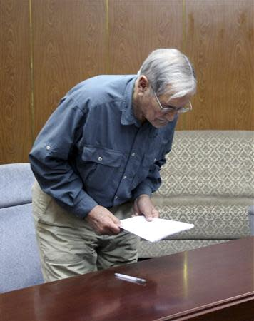 """U.S. citizen Merrill E. Newman bows at an undisclosed location in this undated photo released by North Korea's Korean Central News Agency (KCNA) in Pyongyang on November 30, 2013. North Korea said on Saturday it had arrested Newman for """"hostile acts"""" against the state and accused him of being """"a criminal"""" who was involved in the killing of civilians during the 1950-53 Korean War. REUTERS/KCNA"""