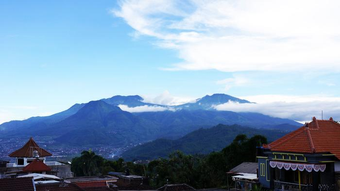 Batu's highland: The gorgeous mountainous view of Batu from the top of the fruit chips factory's building. (
