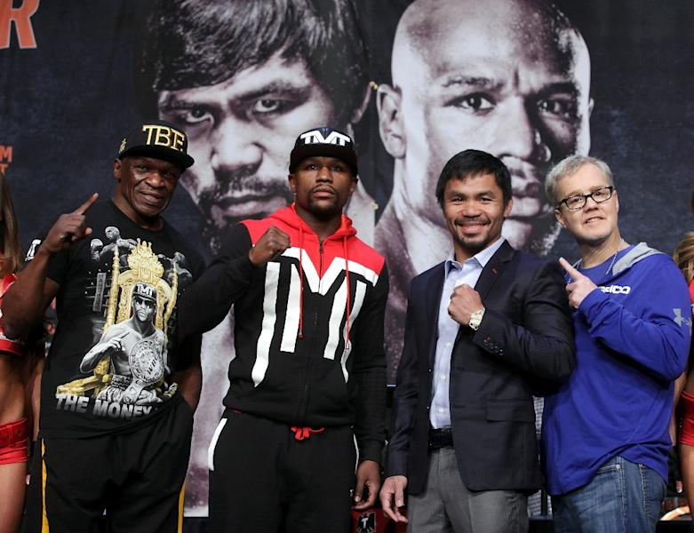 (L-R) Floyd Mayweather Sr., Floyd Mayweather Jr., Manny Pacquiao and Freddie Roach during a press conference on April 29, 2015 in Las Vegas (AFP Photo/John Gurzinski)