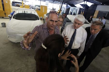 """U.S. Chamber of Commerce President Thomas Donohue (2nd R) visits the """"CRV"""" private cooperative in Havana May 28, 2014. REUTERS/Enrique De La Osa"""