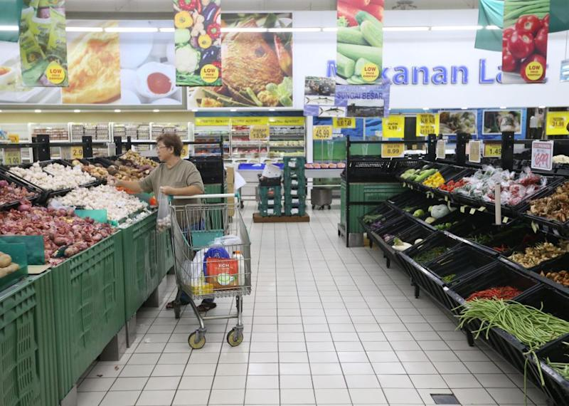 A woman shops for vegetables at a supermarket in Puchong. ― Picture by Zuraneeza Zulkifli