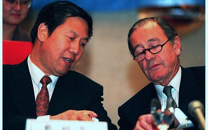 Mallinckrodt with Dai Xianglong, governor of the People's Bank of China, in 1996 - Robyn BECK/AFP