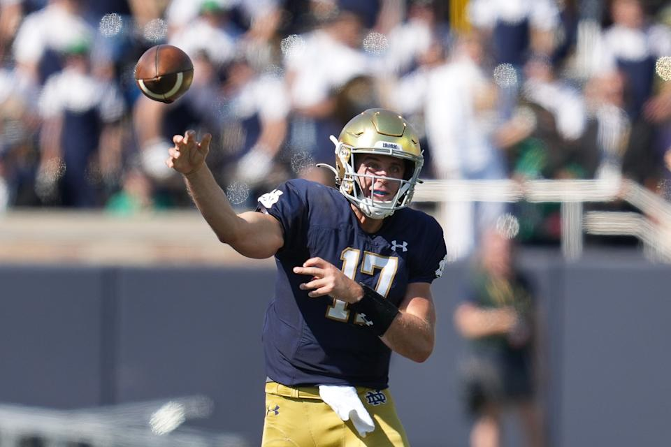 SOUTH BEND, IN - SEPTEMBER 18: Notre Dame Fighting Irish quarterback Jack Coan (17) throws the football during a game between the Notre Dame Fighting Irish and the Purdue Boilermakers on September 18, 2021, at Notre Dame Stadium, in South Bend, In (Photo by Robin Alam/Icon Sportswire via Getty Images)