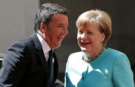 Italian Prime Minister Matteo Renzi (L) greets German Chancellor Angela Merkel at Chigi palace in Rome May 5, 2016. REUTERS/Max Rossi     TPX IMAGES OF THE DAY