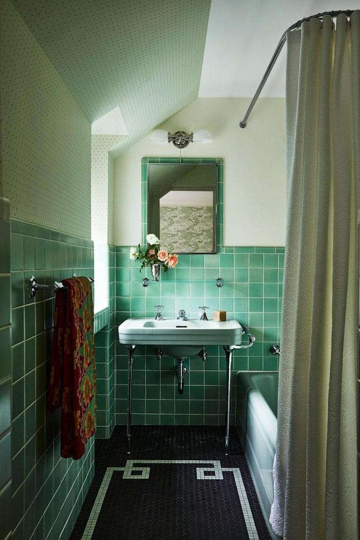 """<strong>Place fixtures wisely.</strong> When choosing fixtures for a bathroom, Sneed prefers four-inch recessed can lights overhead, which have a clean look. """"For functionality, you really must have an overhead light,"""" she says. The designer pairs an overhead <a href=""""http://www.architecturaldigest.com/gallery/bathroom-lighting-guide?mbid=synd_yahoo_rss"""" rel=""""nofollow noopener"""" target=""""_blank"""" data-ylk=""""slk:fixture"""" class=""""link rapid-noclick-resp"""">fixture</a> with sconces alongside or above the mirror to make the reflection more flattering. """"It's important that there is some light between your face and the mirror,"""" she says. """"If you're just backlit, you wind up with your face in shadow."""" Seek out a mix of lighting types so you can curate your lighting experience throughout the day and depending on the activity."""