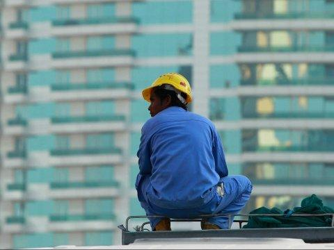 high-rise construction worker doha qatar