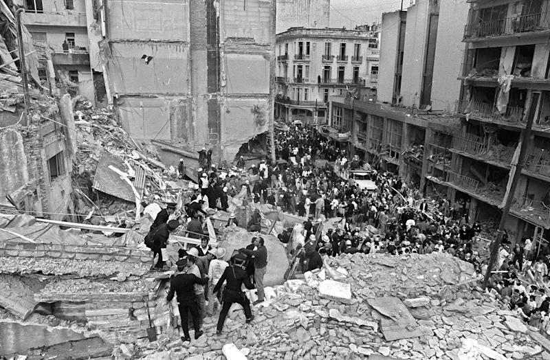 Firemen and policemen search for wounded people after a bomb exploded at the Argentinian Israelite Mutual Association in Buenos Aires, July 18, 1994 (AFP Photo/Ali Burafi)