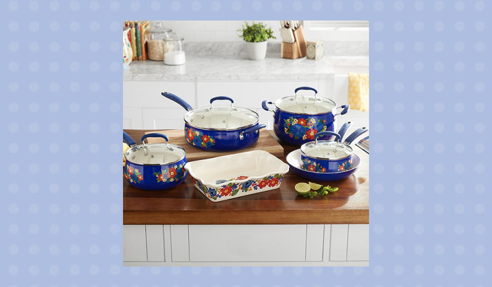 Don't just do something, stand there! That's how fetching this kitchen set is.  (Photo: Walmart)