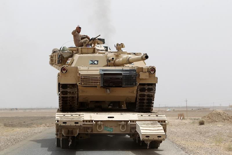Iraqi Shiite fighters from the Popular Mobilization units reposition a tank on the Tharthar frontline on the edge of Anbar province, on June 1, 2015 (AFP Photo/Ahmad al-Rubaye)