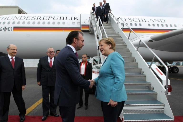 Mexican Foreign Minister Luis Videgaray (L) welcomes German Chancellor Angela Merkel upon her arrival at the Benito Juarez international airport in Mexico City, on June 9, 2017