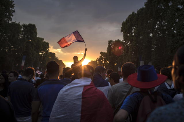PIL13. Paris (France), 14/07/2018.- French supporters celebrate their team's victory after the FIFA World Cup 2018 final match between France and Croatia, in Paris, France, 15 July 2018. (Croacia, Mundial de Fútbol, Francia) EFE/EPA/ROMAN PILIPEY