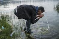 Splashing with water forms part of the process of renewal during Irreechaa (AFP/EDUARDO SOTERAS)