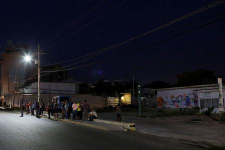 People wait for public transportation in Maracaibo, Venezuela July 26, 2018. REUTERS/Marco Bello