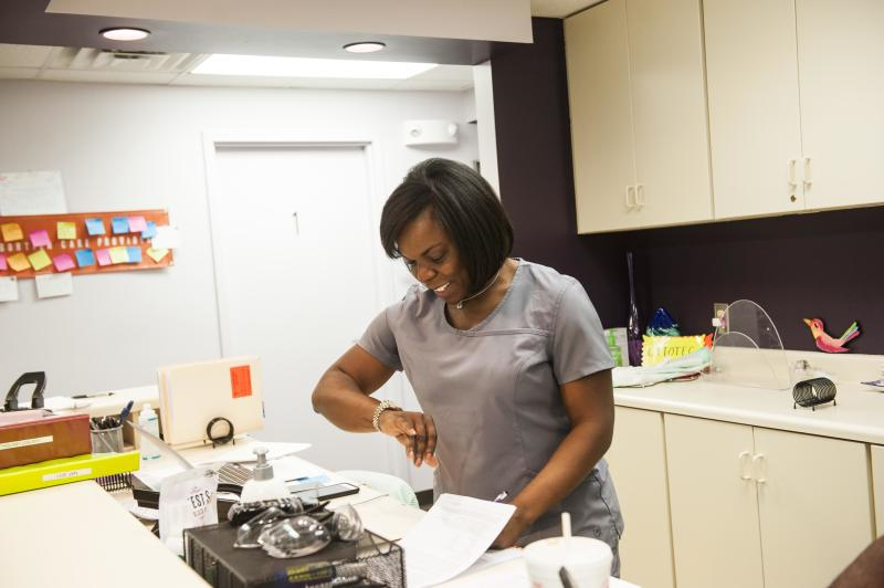 Dr. Yashica Robinson stepped in to perform a pre-abortion procedure to make the patient more comfortable during surgery. (Chloe Angyal/HuffPost)