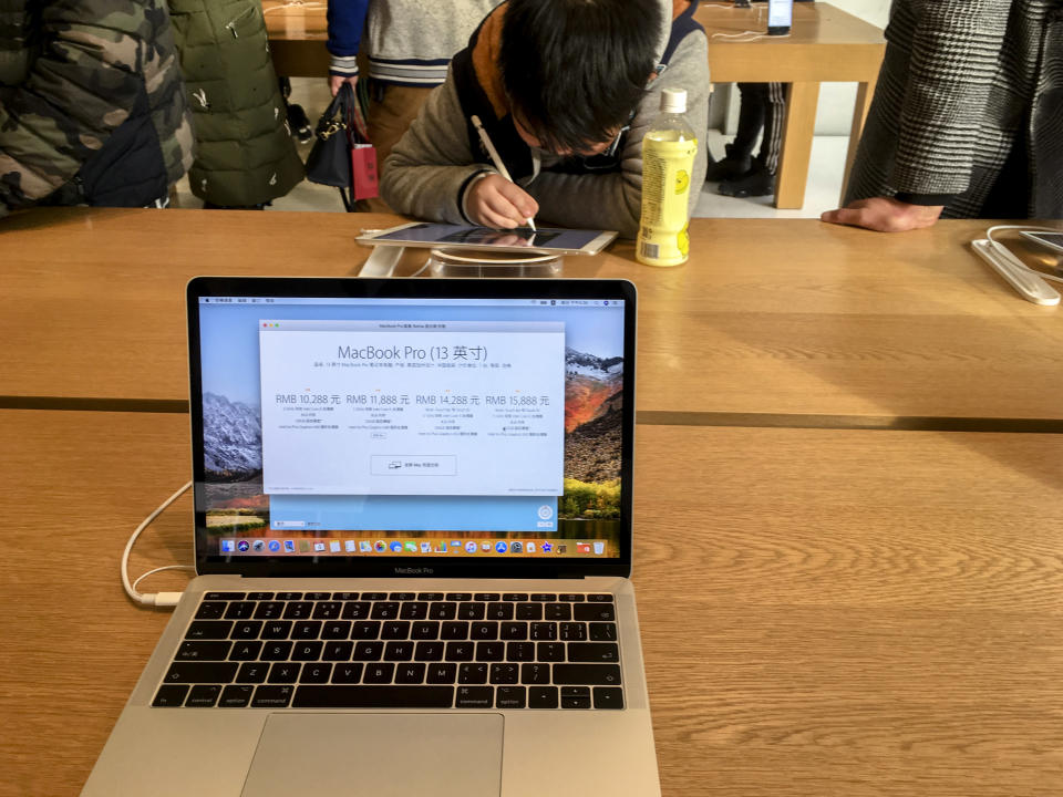 CHINA – 2018/03/04: A Macbook pro shown in Apple store. It is reported that Apple is preparing to launch a new cheaper MacBook Air in the second quarter of 2018. (Photo by Zhang Peng/LightRocket via Getty Images)