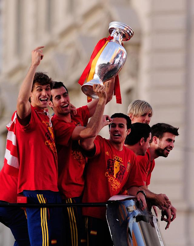 MADRID, SPAIN - JULY 02: (L-R) Fernando Llorente, Sergio Busquets, Pedro Rodriguez, Xavi Hernandez, Fernando Torres and Gerard Pique (R) celebrate as they parade the UEFA EURO 2012 trophy on a double-decker bus on July 2, 2012 in Madrid, Spain. Spain beat Italy 4-0 in the UEFA EURO 2012 final match in Kiev, Ukraine, on July 1, 2012. (Photo by Denis Doyle/Getty Images)