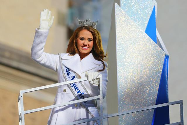 <p>Miss America Cara Mund from North Dakota waves to the crowds in the 91st Macy's Thanksgiving Day Parade in New York, Nov. 23, 2017. (Photo: Gordon Donovan/Yahoo News) </p>