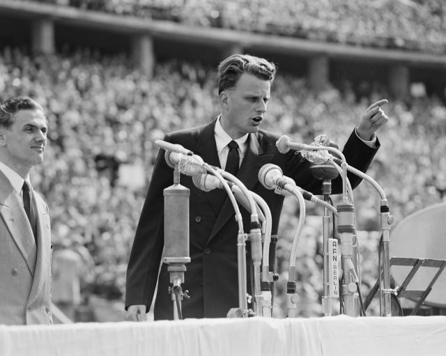 <p>Billy Graham speaks to over 100,000 Berliners at the Olympic Stadium in Germany, June 27, 1954. (Photo: AP) </p>