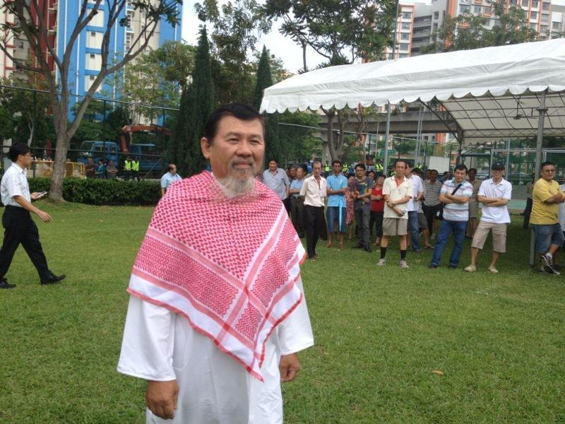 Independent candidate Zeng Guoyan turns up wearing a Middle Eastern outfit. (Yahoo! photo)
