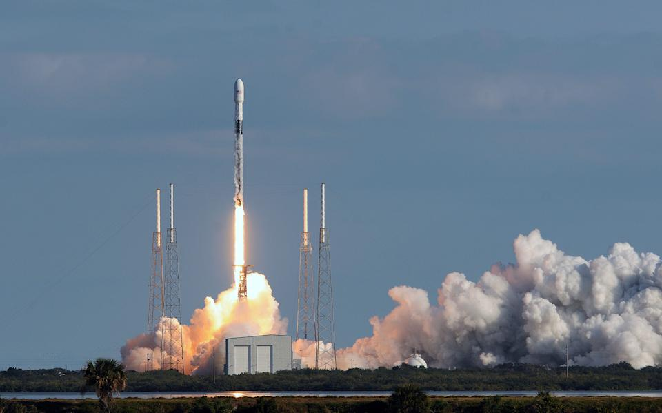 CAPE CANAVERAL, UNITED STATES - 2020/01/29: A SpaceX Falcon 9 rocket carrying 60 Starlink satellites launched from pad 40 at Cape Canaveral Air Force Station. This is the fourth Starlink mission by SpaceX designed to provide broadband internet access to users around the globe. (Photo by Paul Hennessy/SOPA Images/LightRocket via Getty Images)