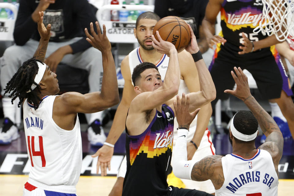 Devin Booker(出手者)在西冠首戰拿下40分大三元。(Photo by Christian Petersen/Getty Images)