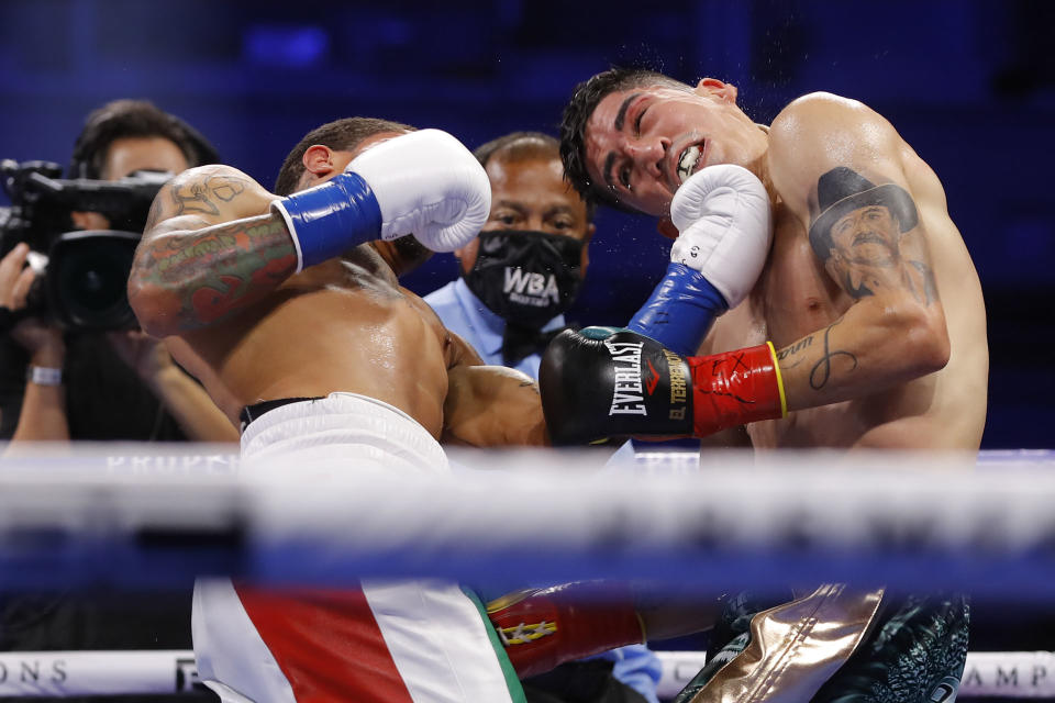 Gervonta Davis knocks out Leo Santa Cruz in their title fight on Saturday, Oct. 31 at the Alamodome in San Antonio. (Esther Lin/SHOWTIME)