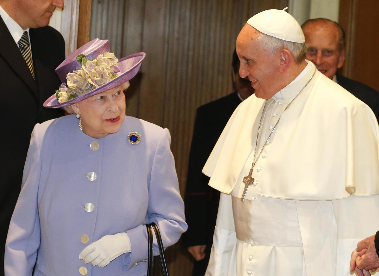 Britain's Queen Elizabeth walks with Pope Francis during a meeting at the Vatican April 3, 2014. REUTERS/Stefano Rellandini (VATICAN - Tags: RELIGION ROYALS)