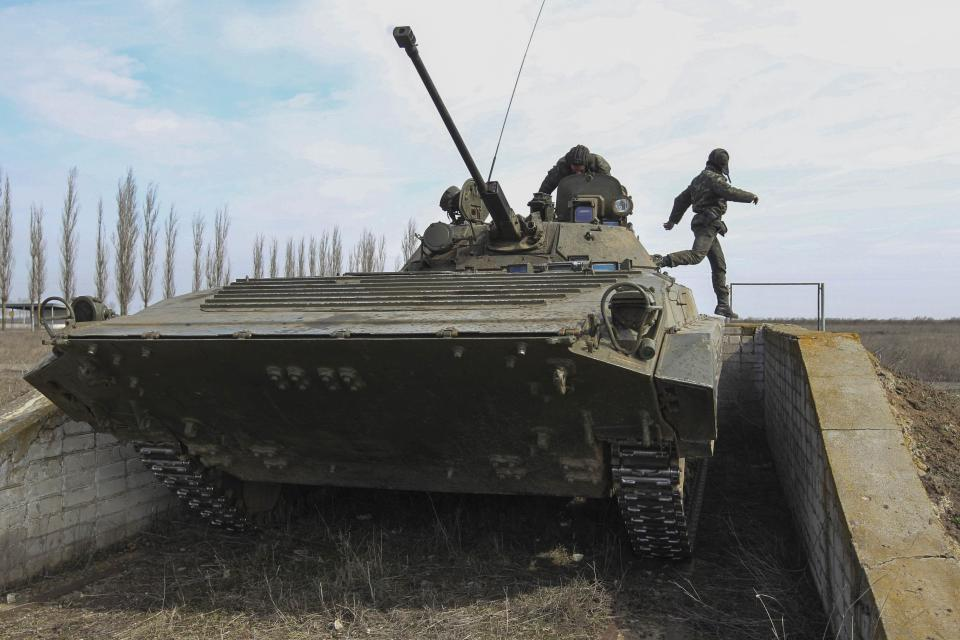 Ukrainian servicemen take part in a military drill near the city of Mykolaiv, also known as Nikolayev, in southern Ukraine, northwest of the Crimean peninsula March 14, 2014. REUTERS/Valentyn Ogirenko