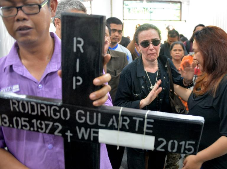 Angelita Muxfeldt (2nd right), a cousin of executed Brazilian drug convict Rodrigo Gularte, arrives at a hospital morgue in Jakarta on April 29, 2015