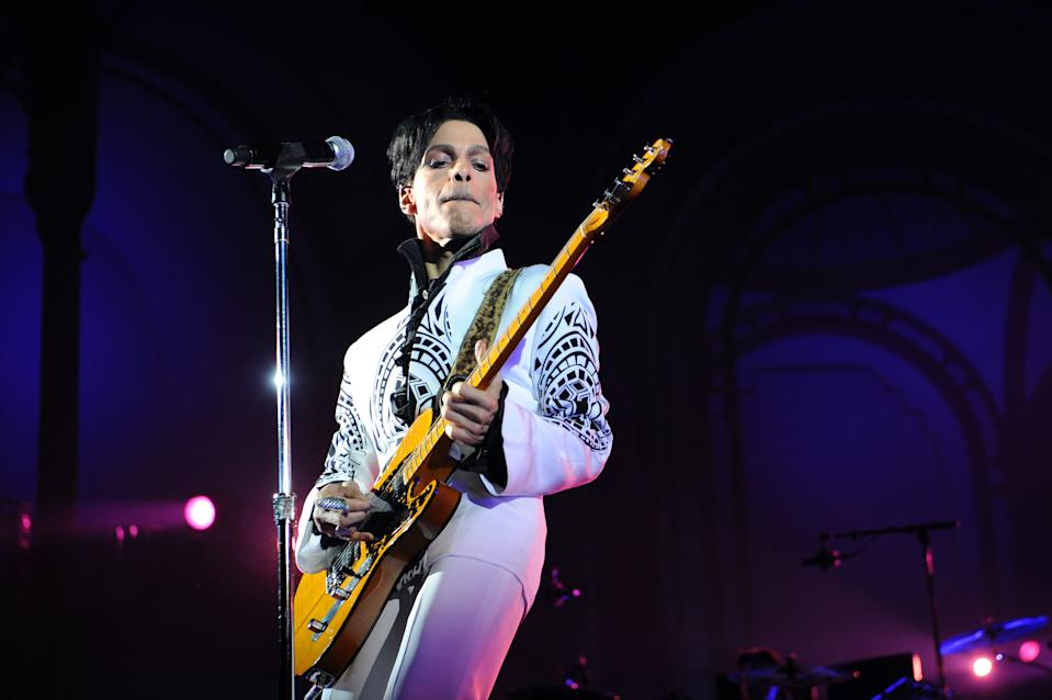 """US singer Prince performs on October 11, 2009 at the Grand Palais in Paris. Prince has decided to give two extra concerts at the Grand Palais titled """"All Day/All Night"""" after he discovered the exhibition hall during Karl Lagerfeld's Chanel fashion show. AFP PHOTO BERTRAND GUAY (Photo credit should read BERTRAND GUAY/AFP via Getty Images)"""
