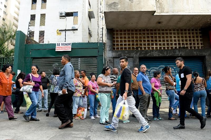 People queue outside a supermarket in Caracas on February 12, 2016 (AFP Photo/Federico Parra)
