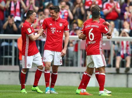 Football Soccer - Bayern Munich v Augsburg - German Bundesliga - Allianz Arena, Munich, Germany - 01/04/17 - Bayern Munich's Robert Lewandowski celebrates with his teammates Franck Ribery, Thomas Mueller and Thiago after scoring a goal.  REUTERS/Michael Dalder