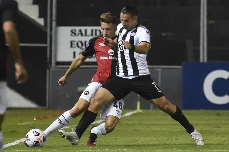 Argentina's Newell's Old Boys Milton Leyendeker (L) and Paraguay's Libertad Mathias Espinoza vie for the ball during the Copa Sudamericana football tournament group stage match at the Nicolas Leoz Stadium in Asuncion on May 13, 2021. (Photo by NORBERTO DUARTE / POOL / AFP)