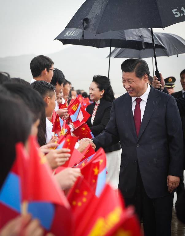 Chinese President Xi Jinping and his wife Peng Liyuan are welcomed by Mongolian children upon their arrival in Ulan Bator on August 21, 2014