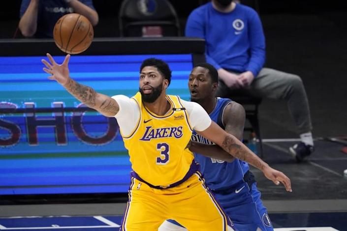Los Angeles Lakers' Anthony Davis (3) reaches out for a pass as Dallas Mavericks' Dorian Finney-Smith.