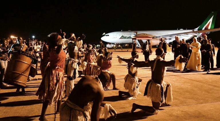 Pope Francis (C) received a jubilant welcome to Maputo (AFP Photo/Tiziana FABI)